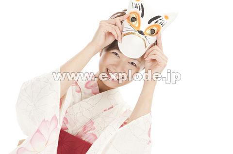 狐のお面を頭に被せる浴衣女性