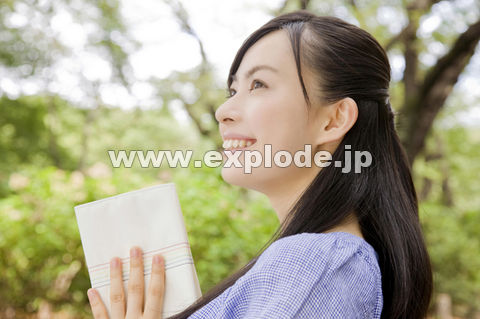 本を閉じる女性