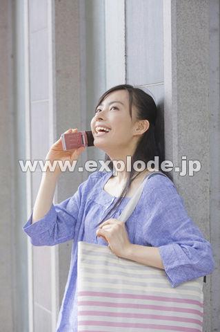 携帯電話で話中の女性