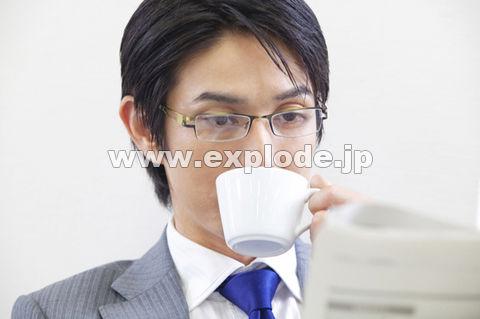 新聞を読みながらコーヒーを飲むビジネスマン ▼この写真素材が収録されている素材集  新聞を読みな