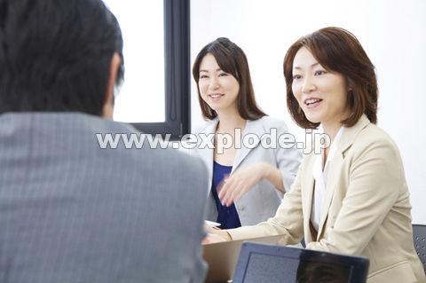 ミーティング中のOLとビジネスマン