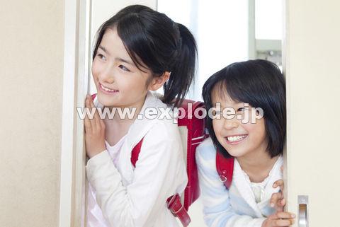 教室内を覗く小学生女子2人