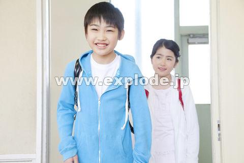 教室に入ってくる小学生男女