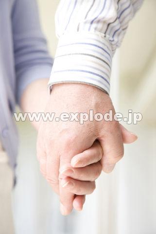手を繋いでいるシニアカップルの手元