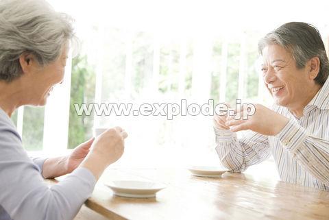 コーヒーを飲むシニアカップル