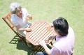 庭で談笑するシニアカップル