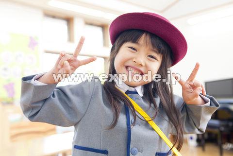 ピースサインをする幼稚園女児