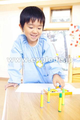 絵を描こうとする幼稚園男児