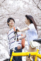 桜並木を歩く笑顔のカップル