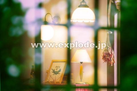 窓越しのランプ