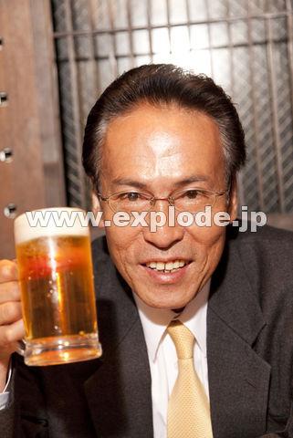 ビールを片手に微笑むビジネスマン
