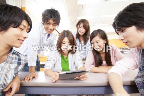 タブレットPCを見る大学生
