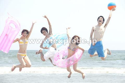 浜辺でジャンプする男女