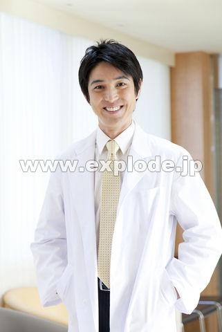 手術着の看護師と外科医