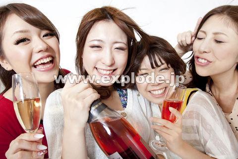 スパークリングワインを持って騒ぐ女性達
