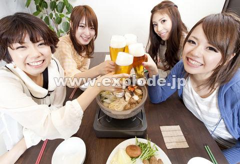 鍋を囲んで乾杯する女性達