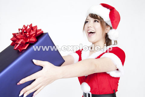 プレゼントを渡すサンタガール
