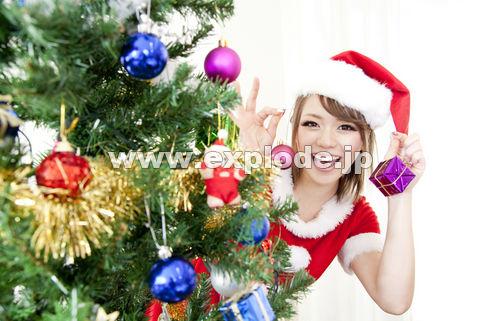 クリスマスツリーの飾り付けをするサンタガール