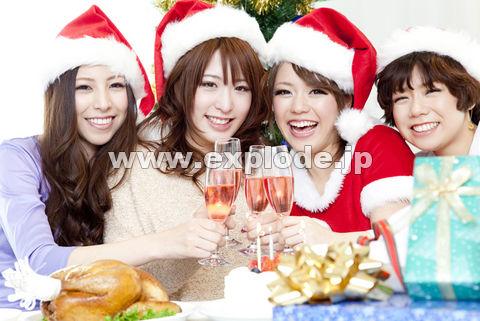 シャンパンで乾杯する女性達