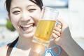 ビールと笑顔の女性