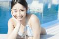 水着姿で微笑む女性