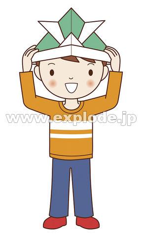 折り紙のかぶとをかぶる男の子