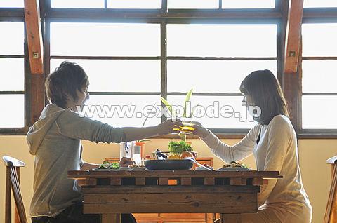 テーブルで乾杯する若いカップル
