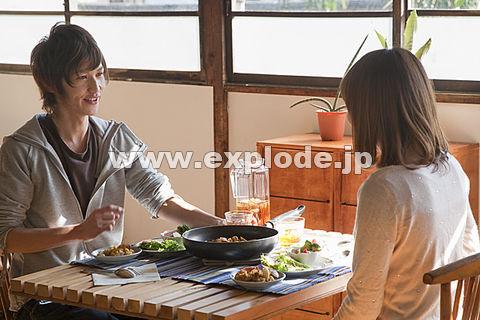 テーブルで食事をする若いカップル