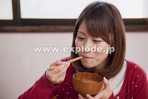 味噌汁を飲む若い女性 ▼この写真素材が収録されている素材集  味噌汁を飲む若い女性