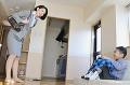 携帯ゲーム機で遊ぶ男の子と怒る母親