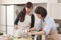 キッチンで料理をする二人の女性