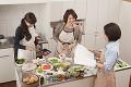 キッチンで料理をする三人の女性