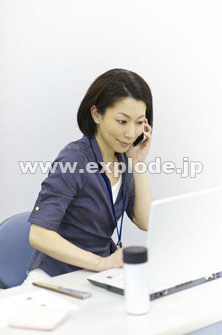 クールビズでオフィスで働く女性