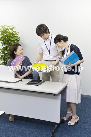 クールビズでオフィスで働く男女3人