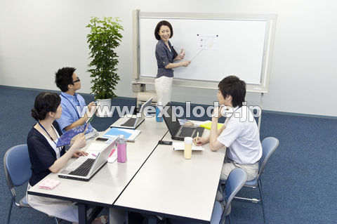 クールビズでミーティングをする男女4人