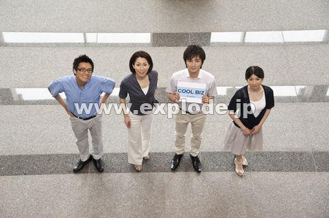 上を見上げるクールビズの男女4人