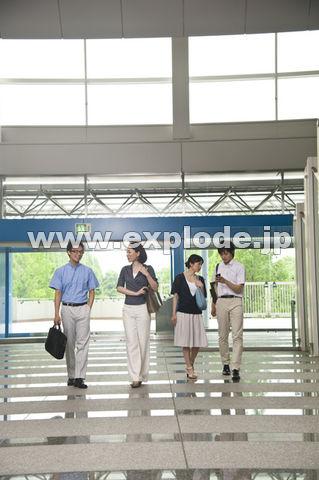 クールビズでホールを歩く男女4人