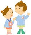 スモックを着て手を繋ぐ二人の女の子