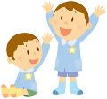 スモックを着て手を上げる二人の男の子