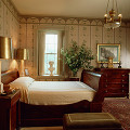 部屋 テーブル イス ベッド 窓 観葉植物 寝室 タンス 彫刻 人