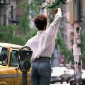 海外 北米 人物 街の風景 女性(外国) 後姿 手を上げる 車 タクシー パー