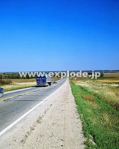 022: 真直ぐな道 トラック アメリカ・アイオワ州 - mix16022.jpg 写真素材