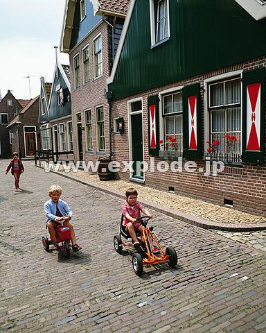 世界の子供 三輪車
