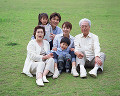 003: 3世代家族 祖父 祖母 父 母 男の子 女の子 公園