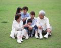 004: 3世代家族 祖父 祖母 父 母 男の子 女の子 公園