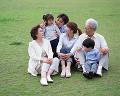 005: 3世代家族 祖父 祖母 父 母 男の子 女の子 公園