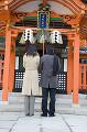 052:神社にお参りするカップルの後姿