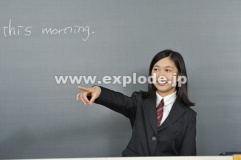 黒板の前に立つ女子高校生