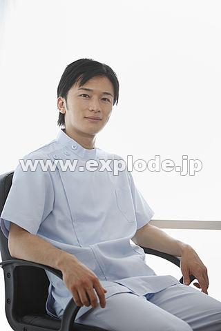 椅子に座っている歯科医師