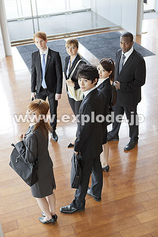 出入り口付近で振り向くスーツ姿の男女 出入り口付近で振り向くスーツ姿の男女 - ML345025